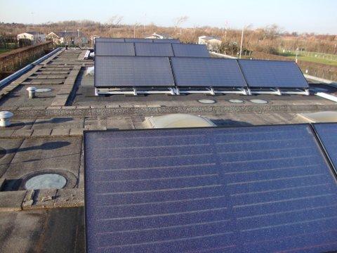 Zonnecollectoren op plat dak camping Janse